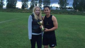 thang nguyen och hans flickvän isabell kullström står på en fotbollsplan