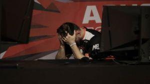 Pasha (Virtus.Pro) hävityn ottelun jälkeen