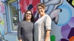 Sari Myllymäki och Mona Stenman har ansvaret vid Stjärnhem i Esbo. Baskom dem en muralmålning av Reetta Hiltunen, skapad tillsammans med hemmets invånare, de boende.