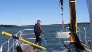 260 kilos tyngd och 100 mms remmare på väg ner i sjön i Norrströmmen, Bergö.