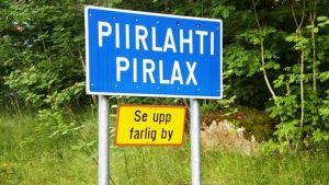 Pirlax vägskylt med underskylten farlig by