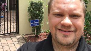 Christian Sippus utanför sitt hem i Miramar