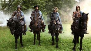 Porthos (HOWARD CHARLES), Aramis (SANTIAGO CABRERA), Athos (TOM BURKE) ja D'Artagnan (LUKE PASQUALINO)