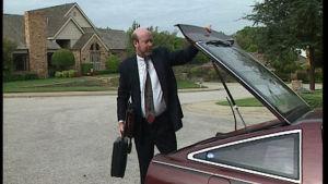 mies sulkee auton peräkontin