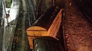 Ett godståg som har spårat ur i Hangö.