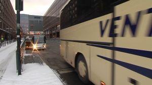 Bussar på väg från terminalen i Helsingfors