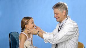 Hos barn är knölar på halsen oftast ofarliga