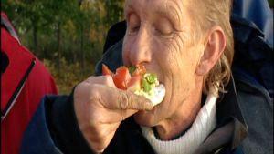 Fiskaren Ralf Dahlin smakar på gädda på hårdbröd
