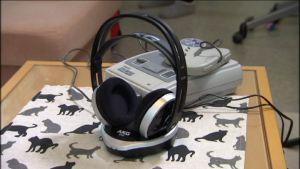 AKG:n kuulokkeet pöydällä