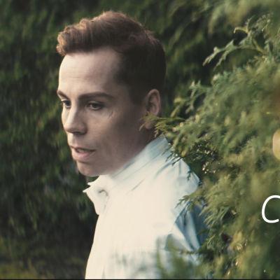 Cristal Snow musiikkivideossa Love is Blind