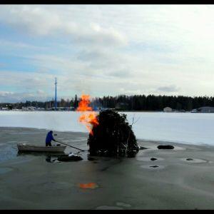 Det behövdes båt för att ta sig ut och tända påskbrasan på Brändö.