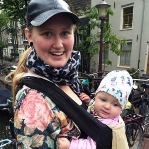 Nina Nyman med sin dotter i en bärsele på magen.