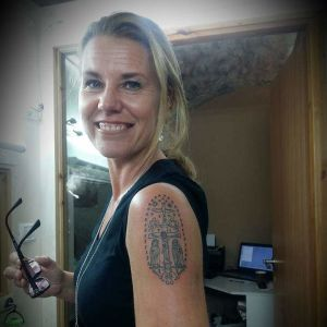 Tatuering som föreställer Jesus på korset.