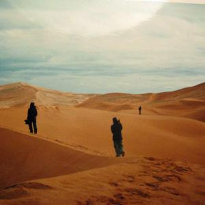 kaksi hahmoa kävelee saharan autiomaassa