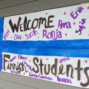 "En finlandsflagga med texten ""welcome Finnish students""."