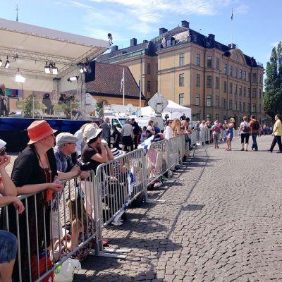 Människor samlas på gatorna för att se prinsparet.