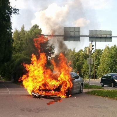 Bil brinner vid Vichtisvägen i Helsingfors.