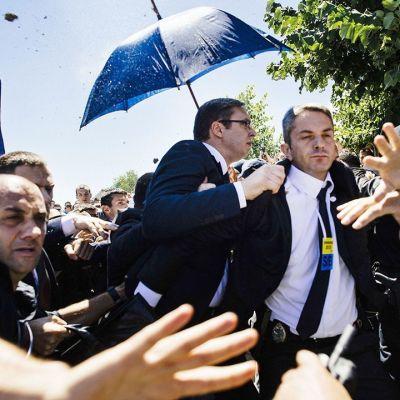 Serbiens premiärminister fick en sten i ansiktet