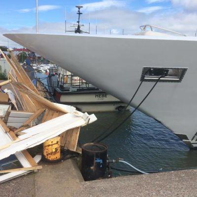 Bråte syns framför en för på ett fartyg.