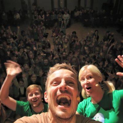 Fyra BUU-klubbsledare poserar med publiken på BUU-turnén 2015 i Malax