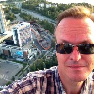 Tapio Luoma selfiessä kuumailmapallolennolla.