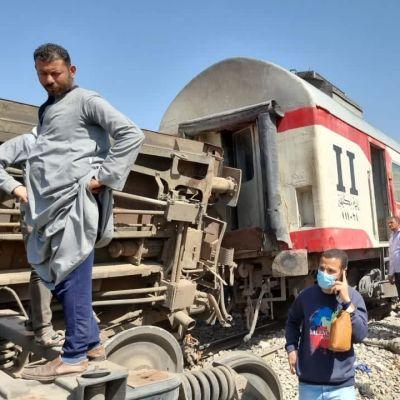 Bilderna från olycksplatsen visar åtminstone en tågvagn som vällt omkull.