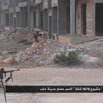 Islamistgkolaitionen Jaish al-Fatah hotar att inta hela Aleppo. Islamistrebeller har gett ut bilder av striderna i söxdra Aleppo under veckoslutet