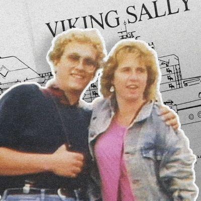En karta över sverigebåten Viking Sally. Framför den ett ungt par.
