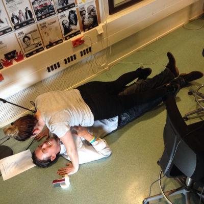 Pernilla Karlsson gör plankan utanpå den svenska personal trainern Jonas Colting