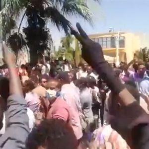 En skärmdump från en av demonstranternas egna mobilvideor nära arméhögkvarteret och presidentens residens i Khartoum på lördagen.
