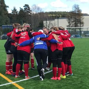 Naisten jalkapallojoukkue latautuu otteluun