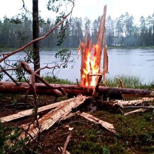 Salama iski puuhun Hossassa ja sytytti sen palamaan.