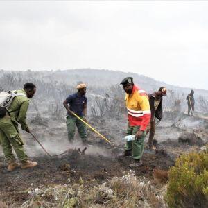 paloa sammutetaan Kilimanjrolla