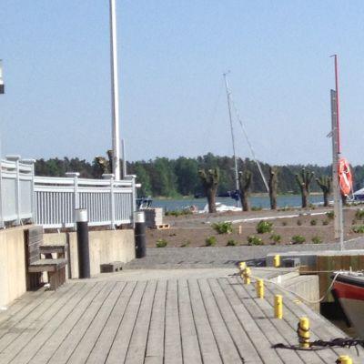 Nya makadamgångar och planteringar sommartid på en jordpir i Ingå.