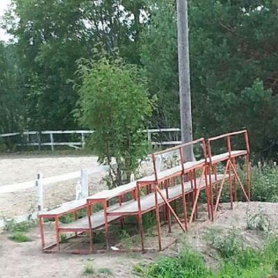 Läktaren i fråga som staden Raseborg skänkte och senare ville ha tillbaks från Västnylands ryttare.
