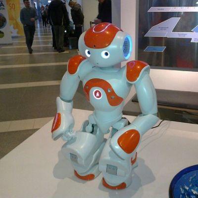 Puolimetrinen Nao-robotti muistuttaa leikkikalua ja pystyy esimerkiksi helppoihin neuvontatehtäviin.