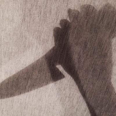 varjokuva veitsestä tappajan kädessä