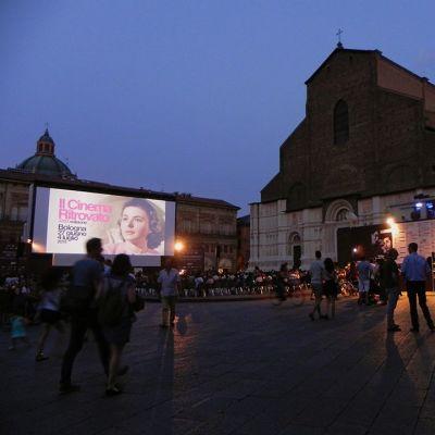 Piazzan taikaa. Bolognan keskusaukiolle kerääntyy sadoittain katsojia nauttimaan elokuvasta.