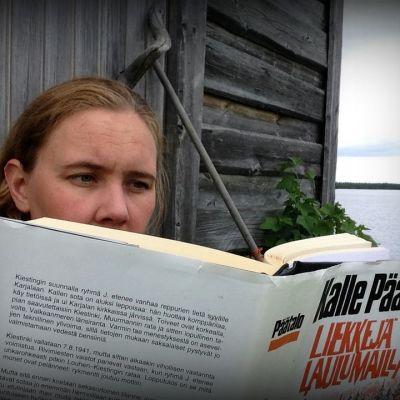 Kati Teirikko lukee Kalle Päätalon kirjaa Liekkejä Laulumailla