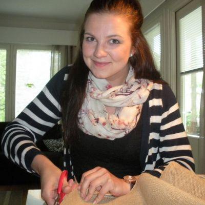 Kaaso Jenni Härmä askartelee hääpöytiin koristeita.