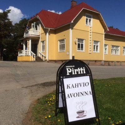 Tapulinmäki Kangasalla. Täältä julistetaan Suomen kesä alkaneeksi.