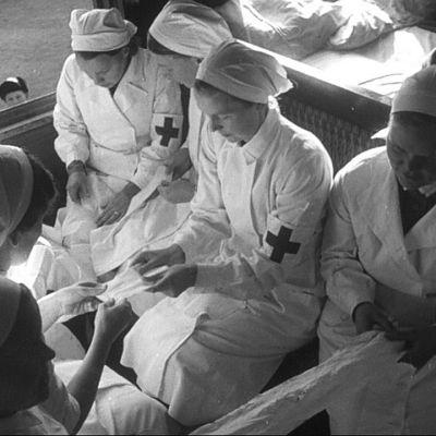 Lääkintälotat käärivät siteitä junassa 1939.