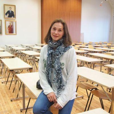 Näyttelija Leena Pöysti istuu Töölön yhteiskoulun juhlasalissa.