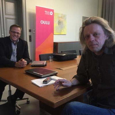 Oulun talousjohtaja Jukka Weisell ja kaupunginvaltuutettu Mauno Murtoniemi (vas.)