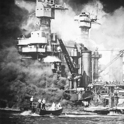 Yhdysvaltalainen taistelulaiva USS West Virginia palaa japanilaisten hyökkäyksen jälkeen Pearl Harborissa 1941.
