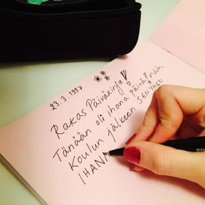 käsi ja päiväkirjassa tekstiä