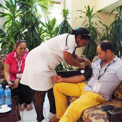 Lääkäreiden koulutus on ollut painopisteenä Kuuban vallankumouksesta lähtien. Terveydenhoitoa pidetään korkealaatuisena.
