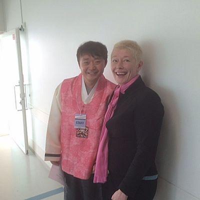Esteettömän taiteen äiri Kirsi Mustalahti ja juontaja Kim Taiwon Koreasta