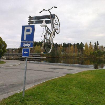 Liikennemerkkiin ripustettu polkupyörä