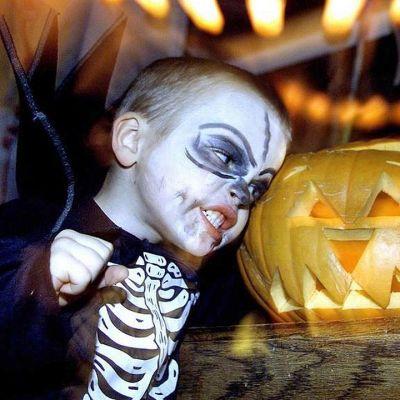Pikkupoika ja Halloween kurpitsa